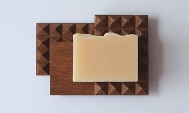 La jabonera de madera que parece una tableta de chocolate