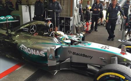 Lewis Hamilton toma el relevo y mantiene a Mercedes en cabeza