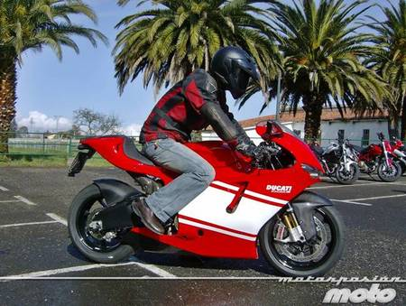 Ducati Desmosedici RR, toma de contacto (prueba dinámica y galería de fotos)