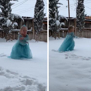 Disfrazada de Elsa, una niña de dos años recrea la famosa escena de Frozen al ritmo de 'Let It Go' durante su primera nevada