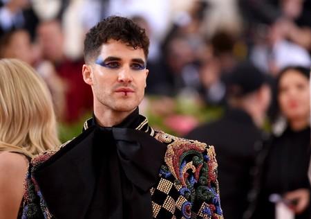 Con maquillaje, Darren Criss llega a la alfombra roja de la MET Gala