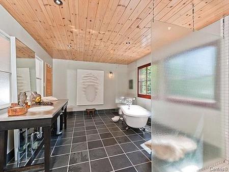 Baño de Halle Berry