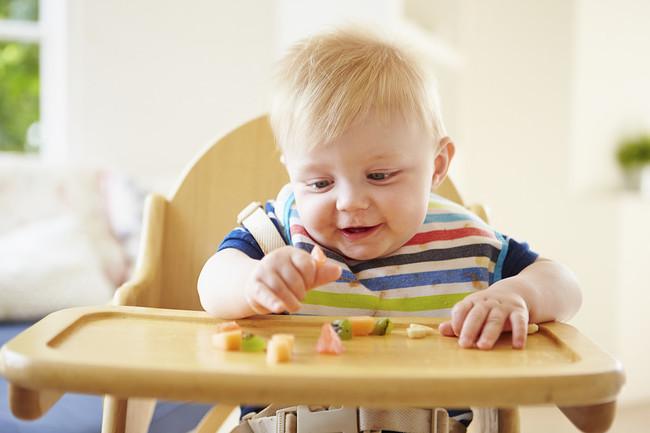 Niño comiendo frutas
