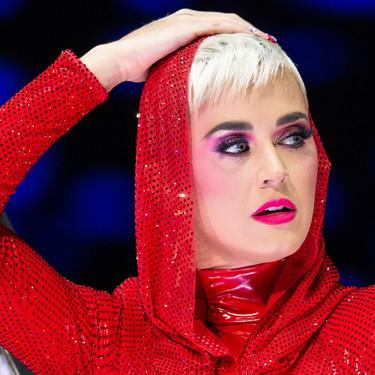 Katy Perry o cómo dejar al público sin palabras repleta de lentejuelas rojas y plateadas ¿Cuál te convence más?