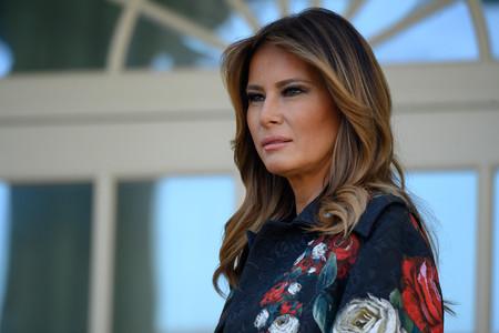 Melania Trump vuelve a causar furor con un abrigo de flores de Dolce & Gabbana para recibir el árbol de Navidad de La Casa Blanca
