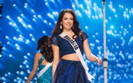 El lado más solidario de una miss: Miss Bulgaria dona su vestido a una adolescente para que pueda llevarlo a su graduación