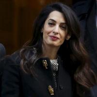 Los curiosos botones de fantasía inspirados en la Schiap del abrigo boyfriend de Amal Clooney