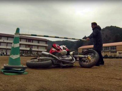 Ohmori Masatoshi y el espectacular limbo en moto a medio metro