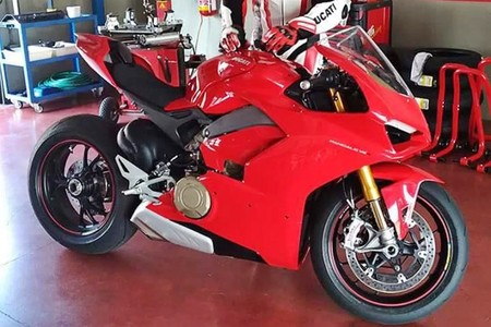 ¿Eres tú la Ducati Panigale V4 que aún no deberíamos conocer? Parece que sí, pero no llegará en Misano