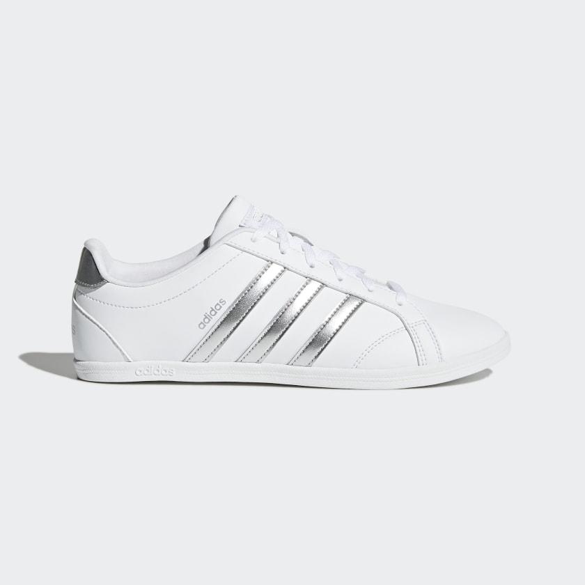 Zapatillas clásicas de líneas minimalistas en blanco y plata
