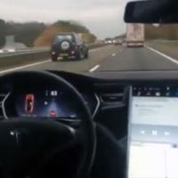 El piloto automático de Tesla y el lumbreras que lo prueba desde el asiento trasero (vídeo)