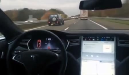 El piloto automático de Tesla y el genio que lo prueba desde el asiento trasero (vídeo)