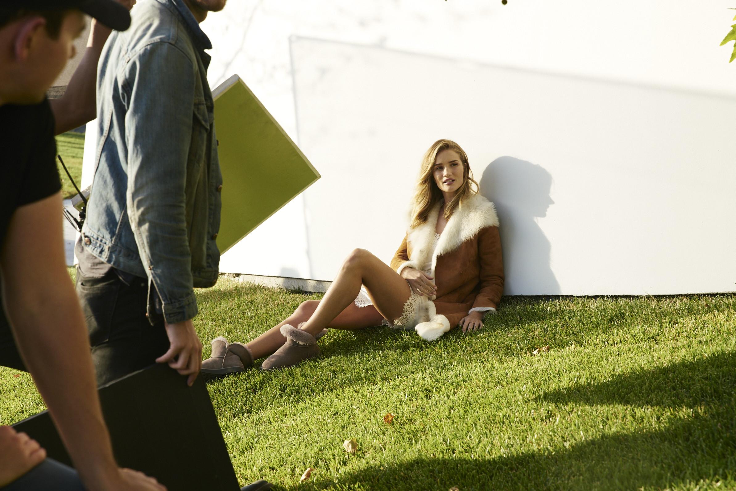 Las botas UGG se reinventan para lucir los pies más calentitos con mucho estilo y copiando a las 'it girls'