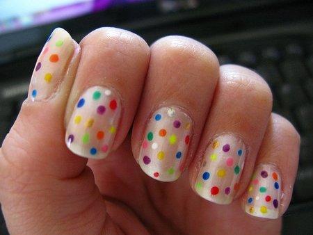 Manicura de fantasía: uñas a topos de colores con esmalte blanco y rotuladores