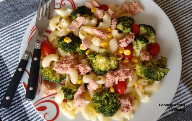 Ensalada de pasta, brócoli y atún. Receta saludable