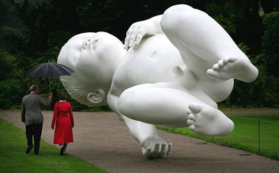 Escultura de bebé gigante en el Reino Unido