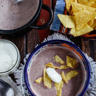 Crema de frijol con chipotle. Receta mexicana fácil