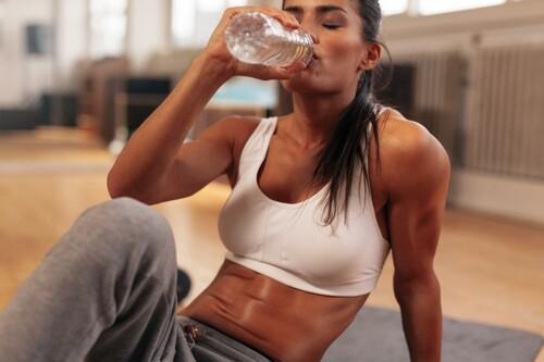 Cardio en casa sin material: una rutina que puedes hacer en 20 minutos para mantenerte en forma
