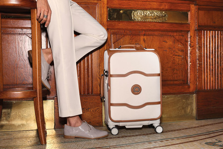 Elegancia en el andén: maleta Delsey Chatelet Soft +