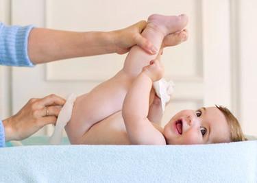 Cómo cambiar el pañal al bebé