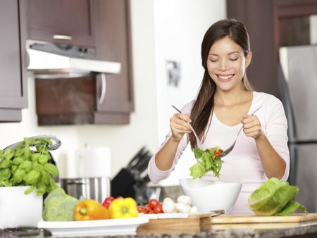 ¿Te has planteado comer alimentos crudos? Estos son los que sí puedes consumir y estos los que deberías cocinar
