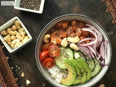 Cómo hacer ensalada poké de arroz, salmón y aguacate: receta fácil y rápida con vídeo incluido