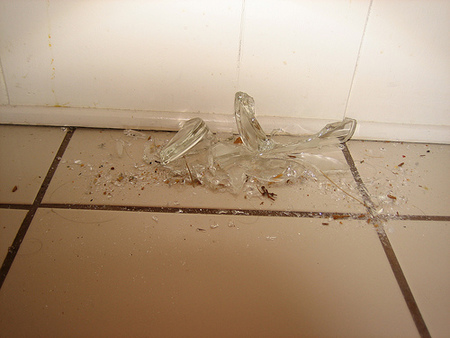 Truco: cómo limpiar cristales rotos