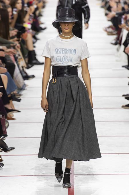 6aa7d904a6 Las nuevas camisetas feministas de Dior y el neón y el gorro de red ...