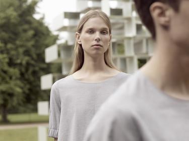 De la moda al arte hay un paso: COS se lo salta para crear una camiseta con la Serpentine Gallery