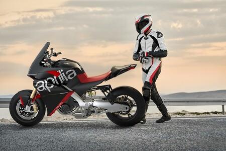 Esta maxitrail es la Aprilia Caponord V4, una moto de ensueño basada en la Tuono V4 y con 175 CV que no pasará de la ficción