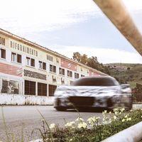 El Maserati MC20 vuelve a dejarse ver, ahora en carretera para celebrar el triunfo del tridente en la Targa Florio hace 80 años