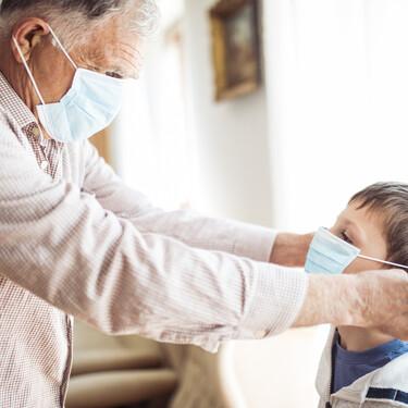 Abuelos que cuidan de sus nietos en tiempos de Covid: qué precauciones tener