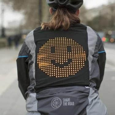 Esta chaqueta que permite a los ciclistas comunicarse con emojis nos parece una auténtica fantasía (y podría salvar muchas vidas)