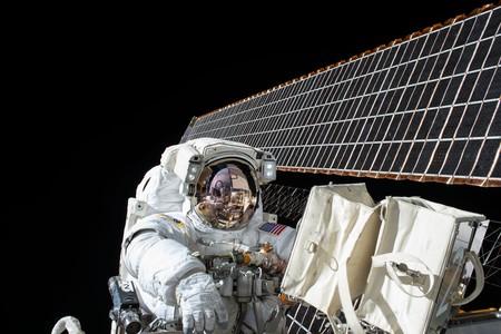 """Gente moviendo cosas de 180 kilos a 400 kilómetros de altura: la """"bonanza de los paseos espaciales"""" ha comenzado"""