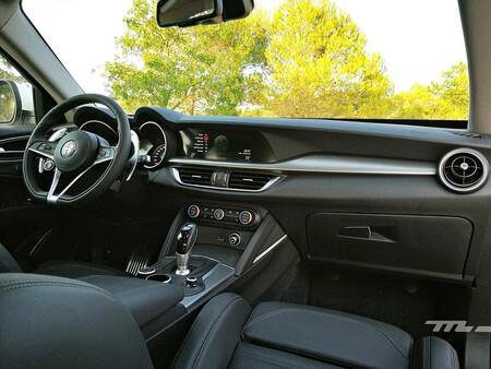 """Alfa Romeo se desmarca y apuesta por pantallas más pequeñas: """"No queremos vender iPads sino coches que transmitan emoción"""""""
