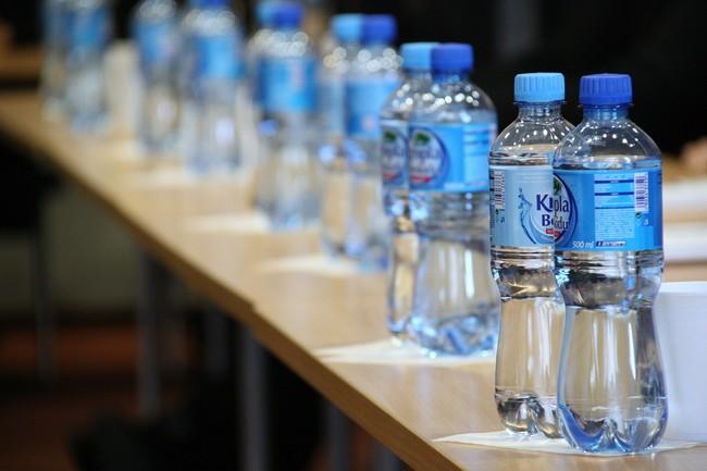 Agua embotellada, agua del grifo, botellas de plástico y de otros materiales: mantente hidratado de la forma más segura