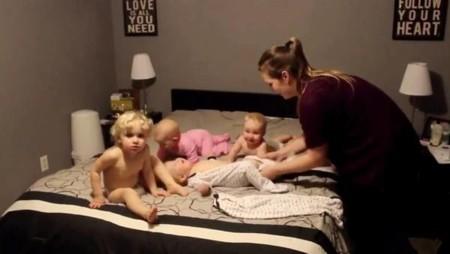 La difícil (y estresante) tarea de vestir a cuatro bebés a la vez: el vídeo viral del momento