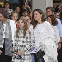 Lo encuentros entre Doña Sofía y Doña Letizia siguen generando interés, y ayer por la tarde acudieron al Teatro