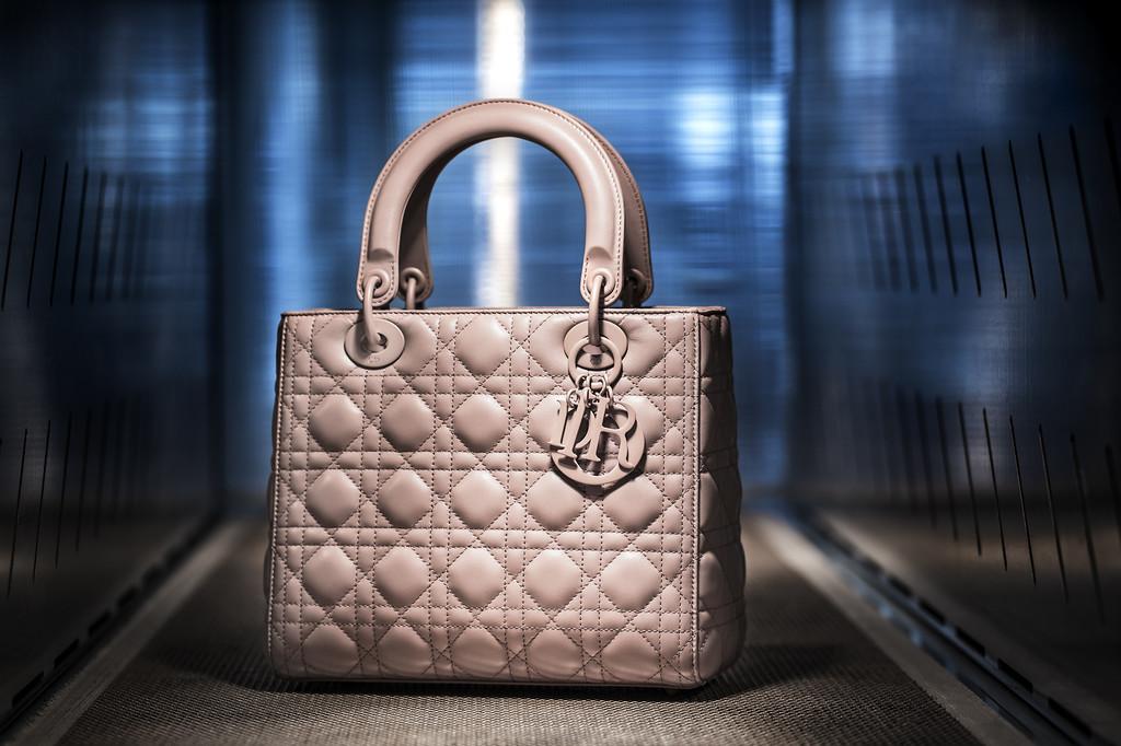 27963b43abf Así se fabrica el Lady Dior, el icónico bolso que enamoró a Lady Di y que  lleva su nombre | Trendencias | Bloglovin'