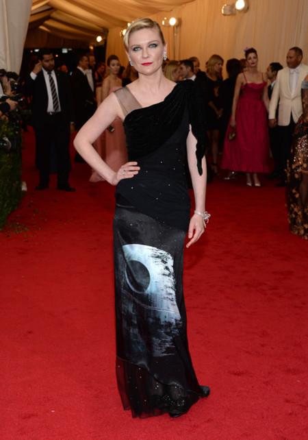 Kirsten Dunst pone el punto freak a la Gala del MET 2014 con un look de Rodarte