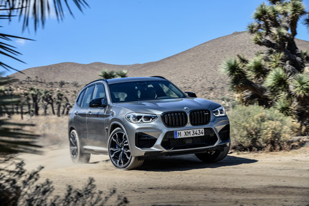 BMW X3 M 2020 frontal lateral en marcha
