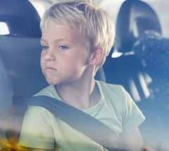 Muchos padres llevan los niños al colegio sin atar en el coche