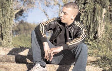 Este es el joven francés condenado a prisión por insultar a un policía en Facebook