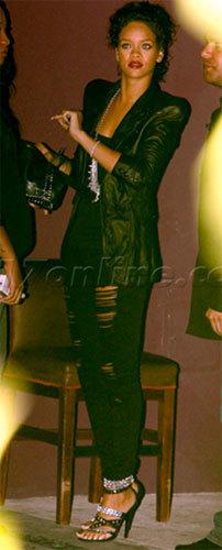 Rihanna luce las sandalias de Balmain