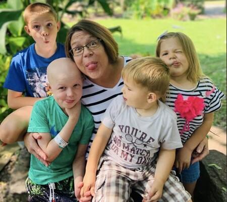 El emotivo reencuentro de un niño de seis años con sus tres hermanos tras 75 días aislado en el hospital para tratar su cáncer