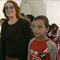Rosa Regás enseña la BNE a niños palestinos