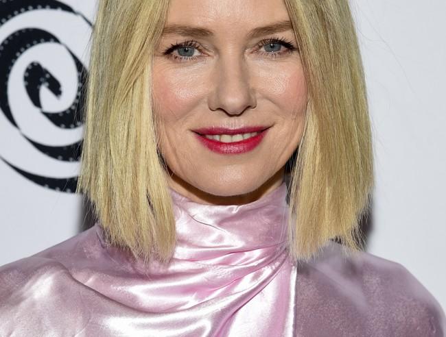 """Naomi Watts vive """"la vie en rose"""" y nos inspira para nuestros looks de invitada este invierno"""