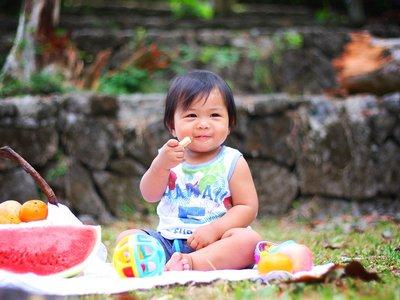 ¿Tu bebé no quiere saber nada de la fruta? Trucos para que la acepte mejor