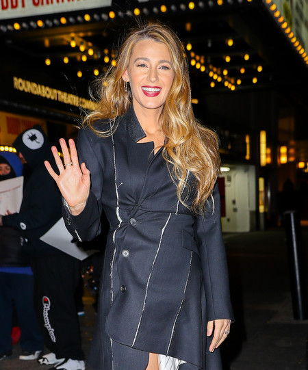 No sabemos si es un abrigo o un vestido pero el último estilismo de Blake Lively te dejará con el enigma