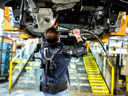 Un operario de Ford utiliza un exoesqueleto superior de brazos.